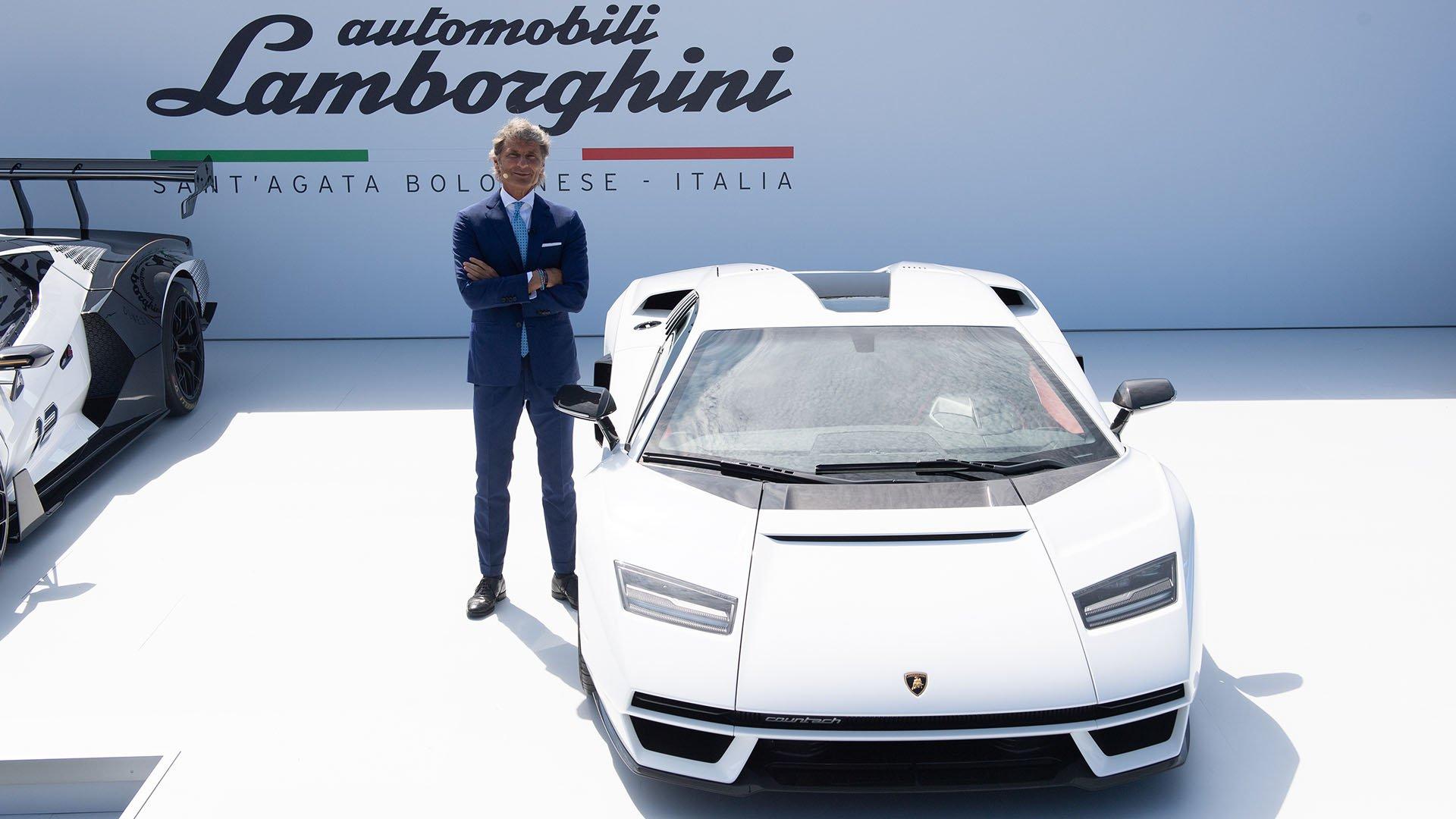 Presenter standing next to Lamborghini Countach LPI 800-4